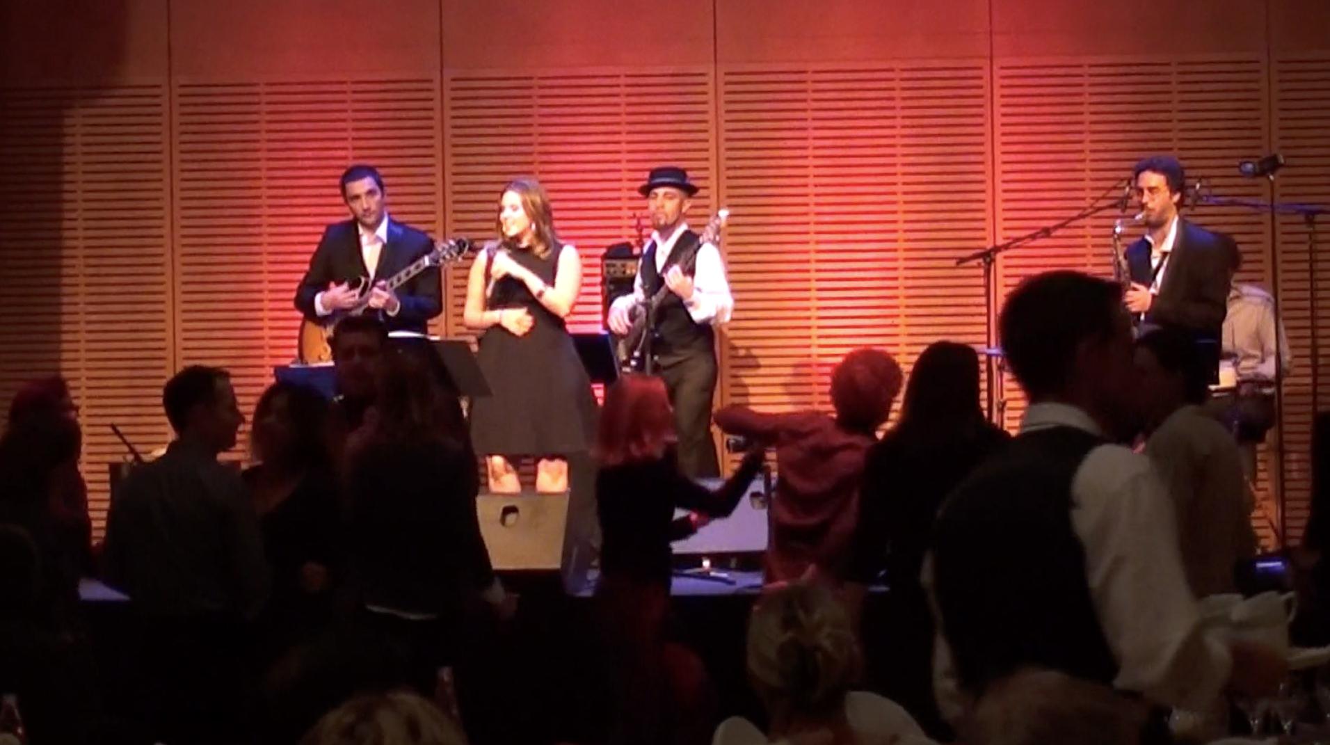 Chanteuse jazz et soul funk, orchestre de musique mariage Lyon, ambiance cocktail et soirée dansante