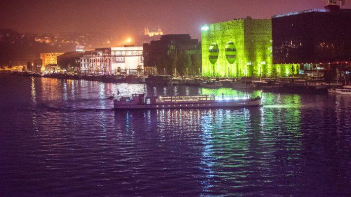 Ville de Lyon, bateau lyonnais dans le nouveau quartier de Lyon Confluences