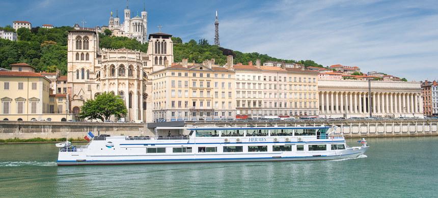 vue sur Saint Jean et Fourvière depuis les croisières des bateaux lyonnais