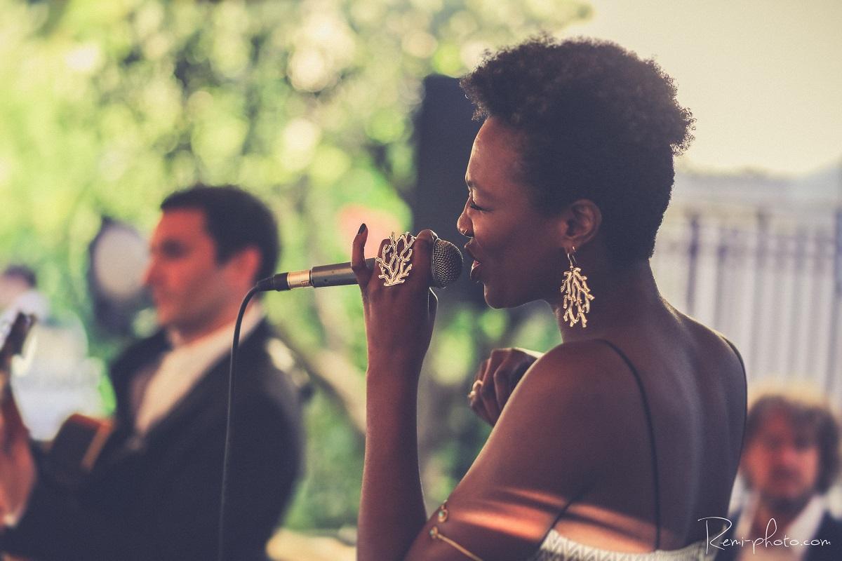 chanteuse jazz lors d'un cocktail privé au Victoria Hall à Lyon