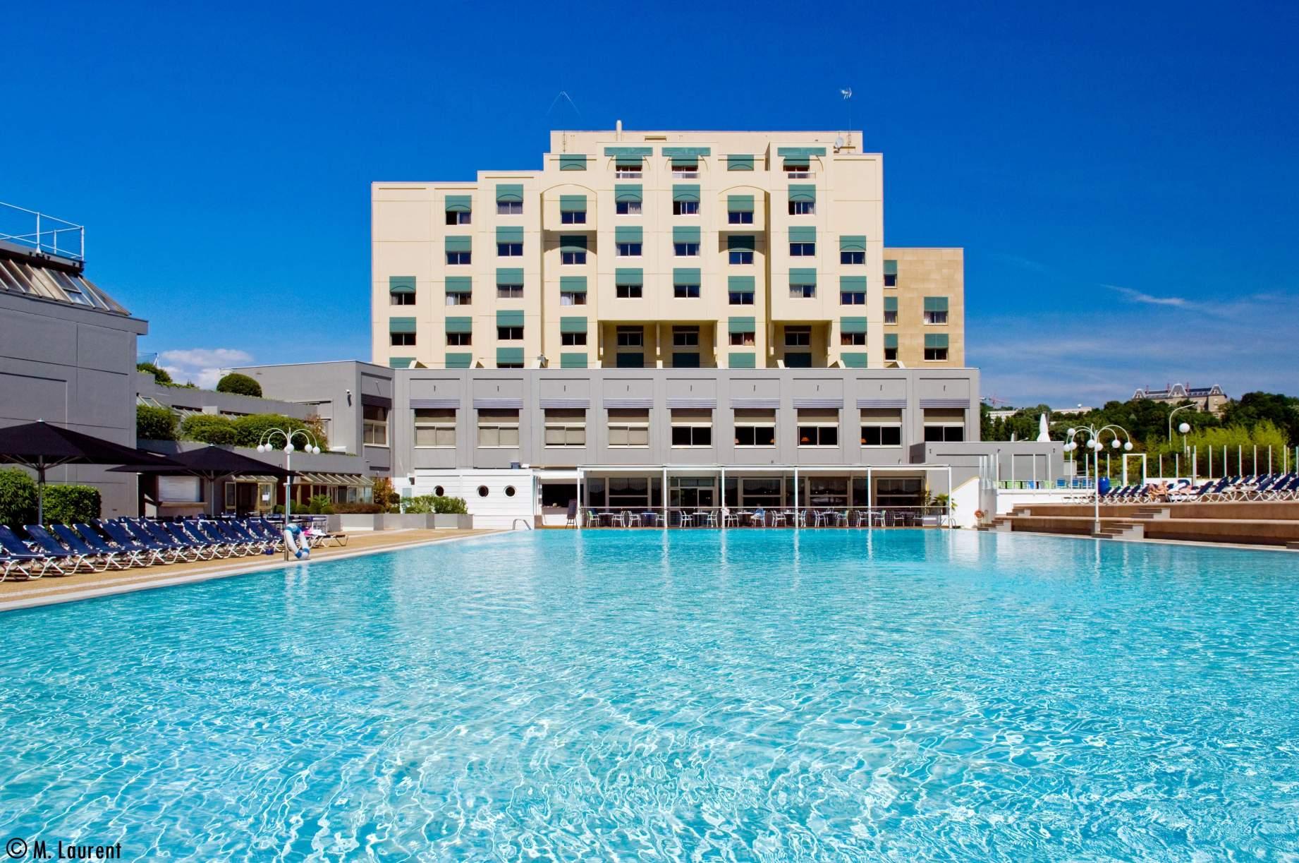 Vue sur l'hôtel Lyon Métropole depuis la piscine