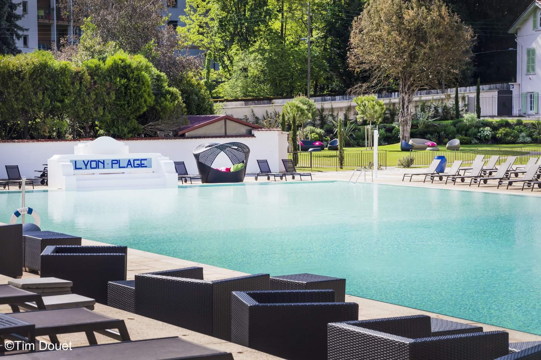 Espace lounge ensoleillé au bord de la piscine Lyon Plage